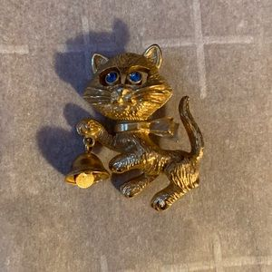 Cat pin with bell